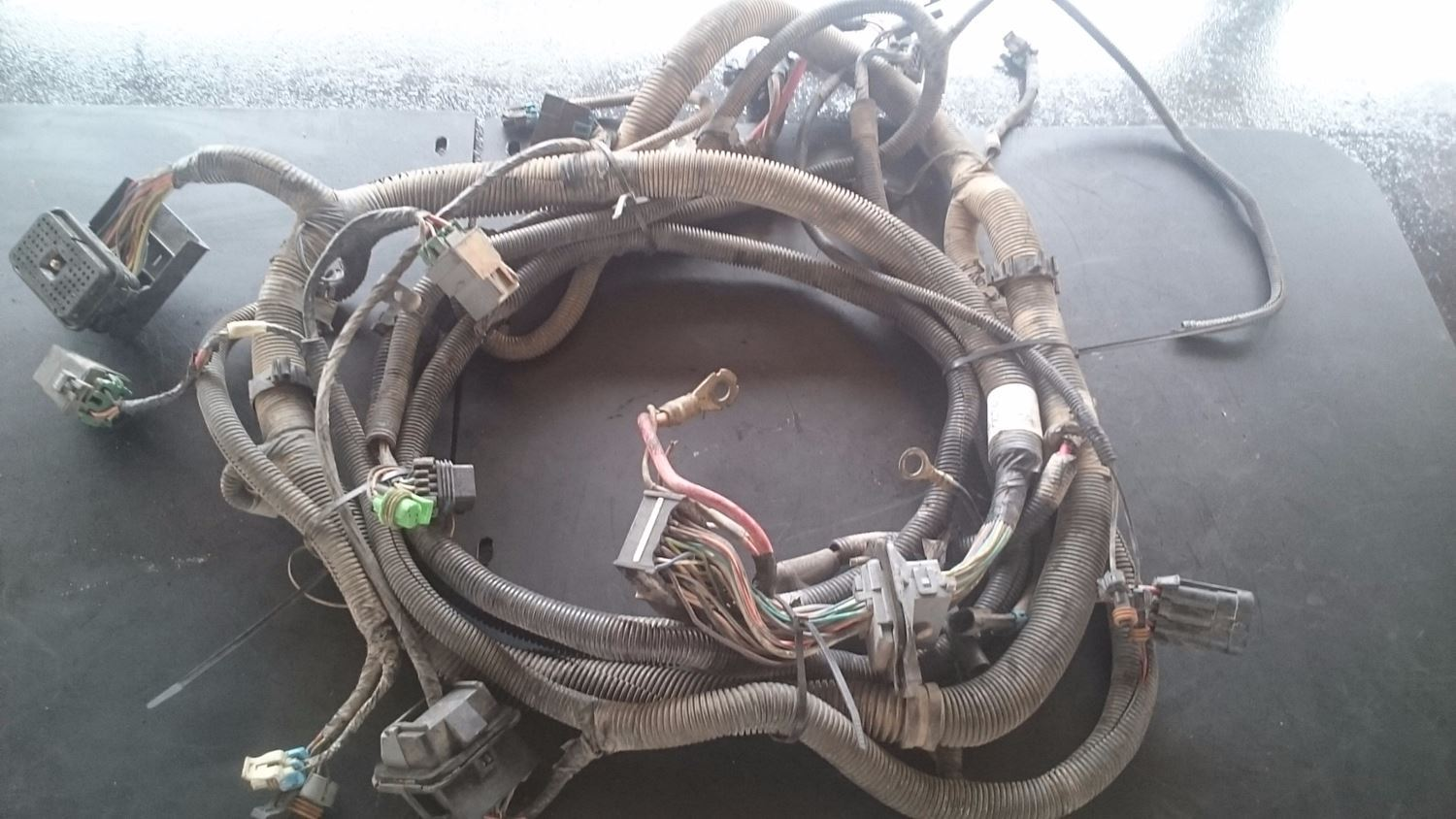 WIRING HARNESS FROM ENGINE TO CABIN FOR A CATERPILLER ENGINE.