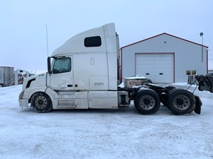 Volvo VNL670 - Salvage VOL04528