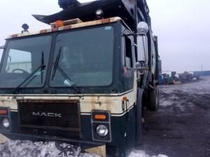 Mack LE613 - Salvage 180179