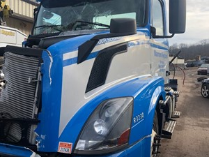 Volvo VNL - Salvage BLUE VOLVO